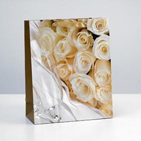 """Пакет ламинат вертик. """"Кремовые розы"""" 26х32х12см"""